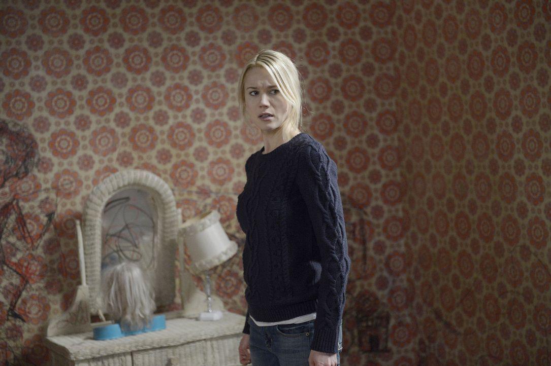 Lässt sich Nora (Kristen Hager) von einer unerwarteten Besucherin beeinflussen? - Bildquelle: Philippe Bosse 2014 B.H. 4 Productions (Muse) Inc. ALL RIGHTS RESERVED.