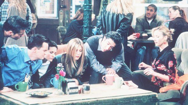 Die sechs Freunde finden ein merkwürdiges Schreiben: (v.l.n.r.) Joey (Matt Le...
