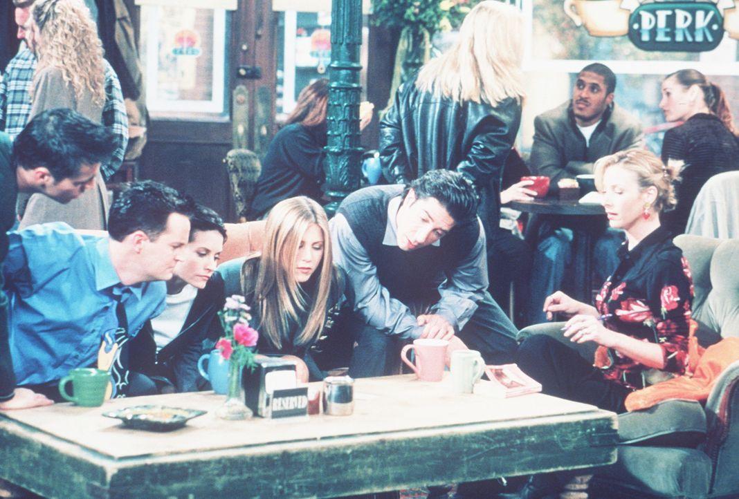 Die sechs Freunde finden ein merkwürdiges Schreiben: (v.l.n.r.) Joey (Matt LeBlanc), Chandler (Matthew Perry), Monica (Courteney Cox), Rachel (Jenn... - Bildquelle: TM+  2000 WARNER BROS.