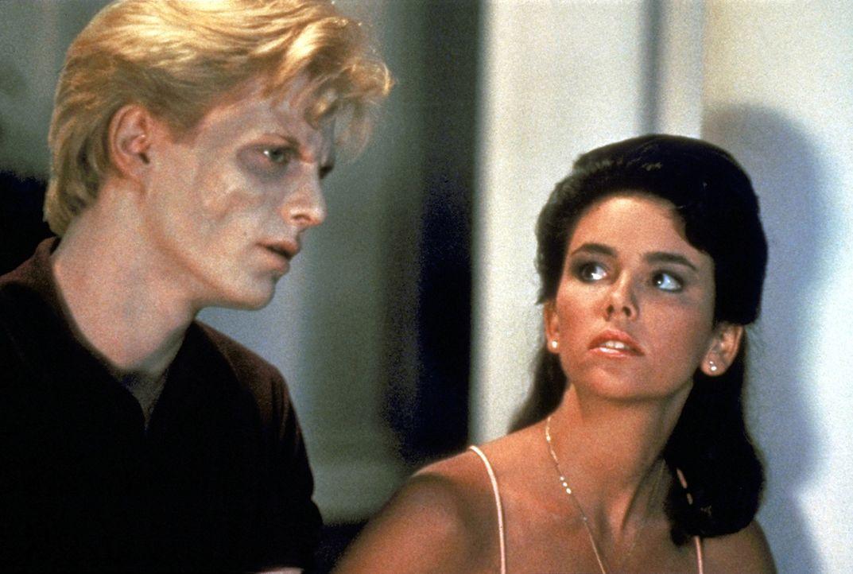 Außerirdische haben sich im Gehirn des Studenten Chris (Jason Livley, l.) eingenistet. Seine Freundin Cynthia Cronenberg (Jill Whitlow, r.) weiß a... - Bildquelle: TriStar Pictures