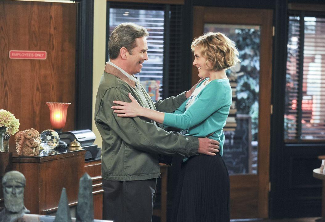 Nach der Trennung von Carol genießt Tom (Beau Bridges, l.) sein Leben wieder. Doch ein Date mit Ruth (Cheryl Lynn Bowers, r.) lässt seine Kinder zu... - Bildquelle: 2013 CBS Broadcasting, Inc. All Rights Reserved.