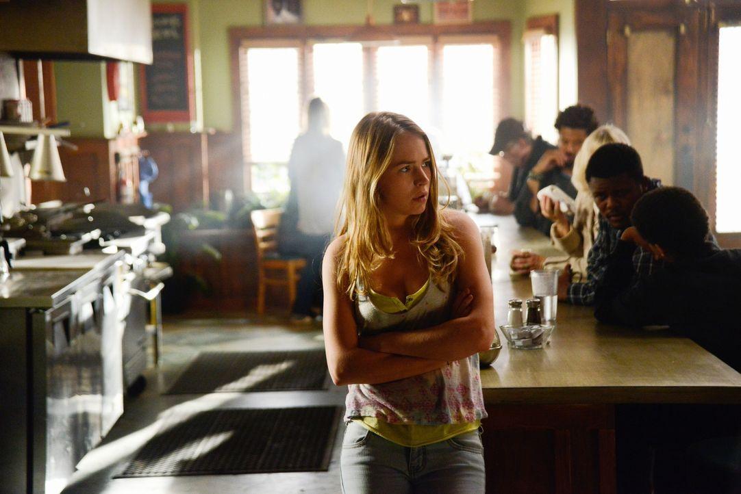 Angie (Britt Robertson) will endlich den Auftrag der Kuppel ausführen und bekommt Hilfe von unerwarteter Seite ... - Bildquelle: Brownie Harris 2014 CBS Broadcasting Inc. All Rights Reserved.