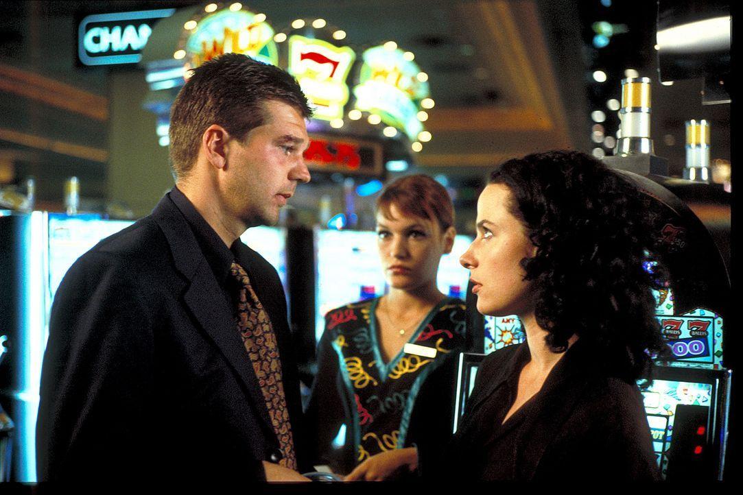 Als Joachim (Kai Wiesinger, l.) in Las Vegas endlich wieder seine Verlobte Eva (Claudia Michelsen, r.) in die Arme schließen kann, wird ihm klar, da... - Bildquelle: Norm Shrewsbury ProSieben