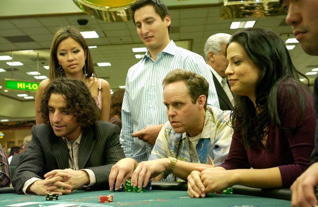 Um einen neuen Fall zu lösen, fahren Charlie (David Krumholtz, l.), Larry (Peter MacNicol, M.) und Amita (Navi Rawat, r.) ins Casino ... - Bildquelle: Paramount Network Television