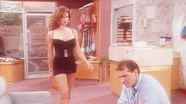 Die attraktive Rhonda (Robin Angers, l.) bittet Al (Ed O'Neill, r.), in seine...