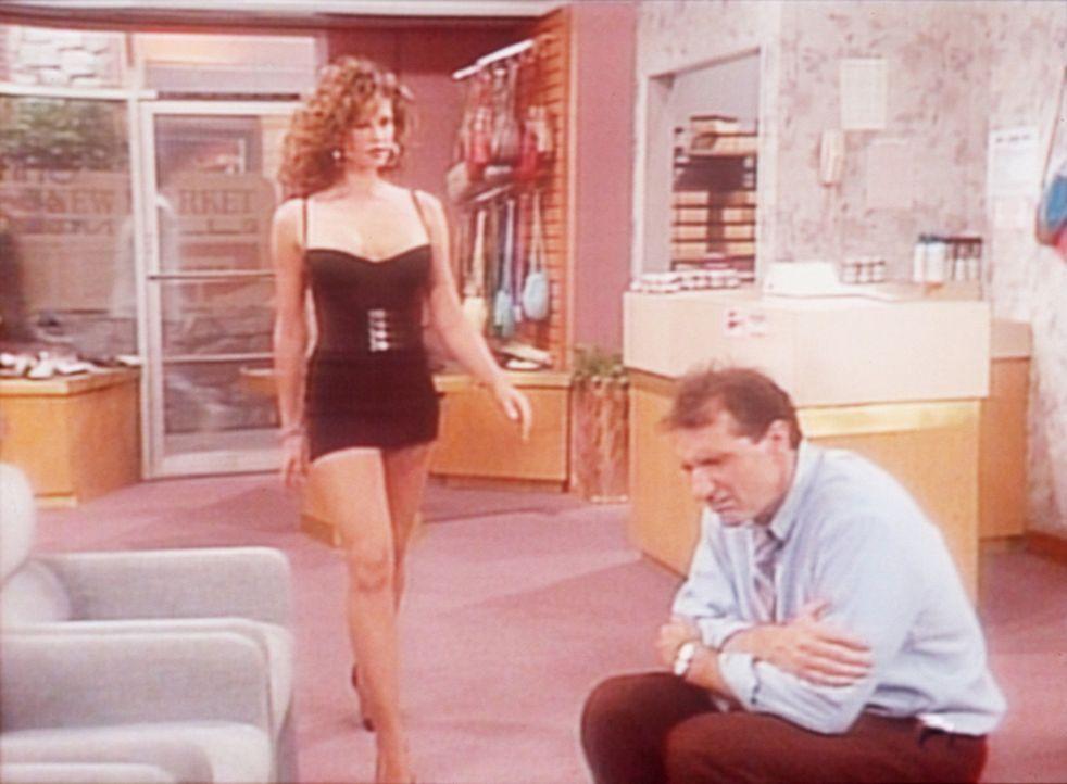 Die attraktive Rhonda (Robin Angers, l.) bittet Al (Ed O'Neill, r.), in seinem Schuhladen einen Schönheitswettbewerb ausrichten zu dürfen. - Bildquelle: Columbia Pictures
