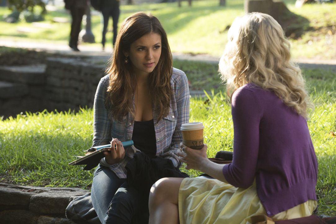 Elena und Caroline auf dem Campus - Bildquelle: Warner Bros. Entertainment Inc.