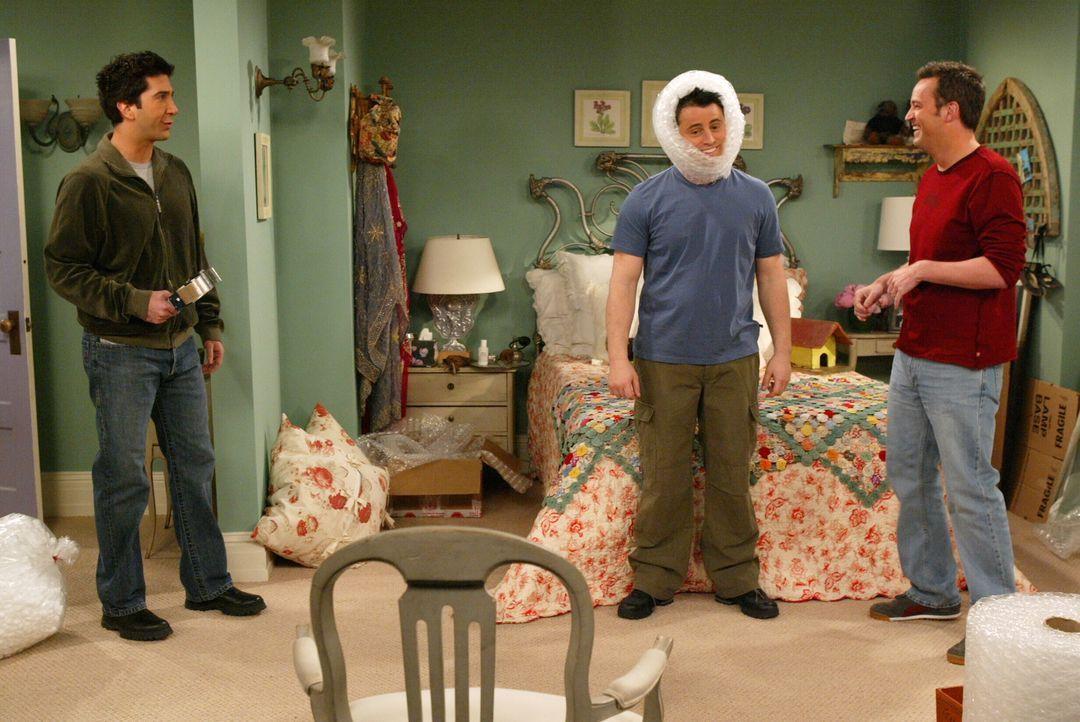Obwohl ein Umzug ansteht, haben Ross (David Schwimmer, l.), Joey (Matt LeBlanc, M.) und Chandler (Matthew Perry, r.) eine Menge Spaß beim Kistenpack... - Bildquelle: Warner Bros. Television