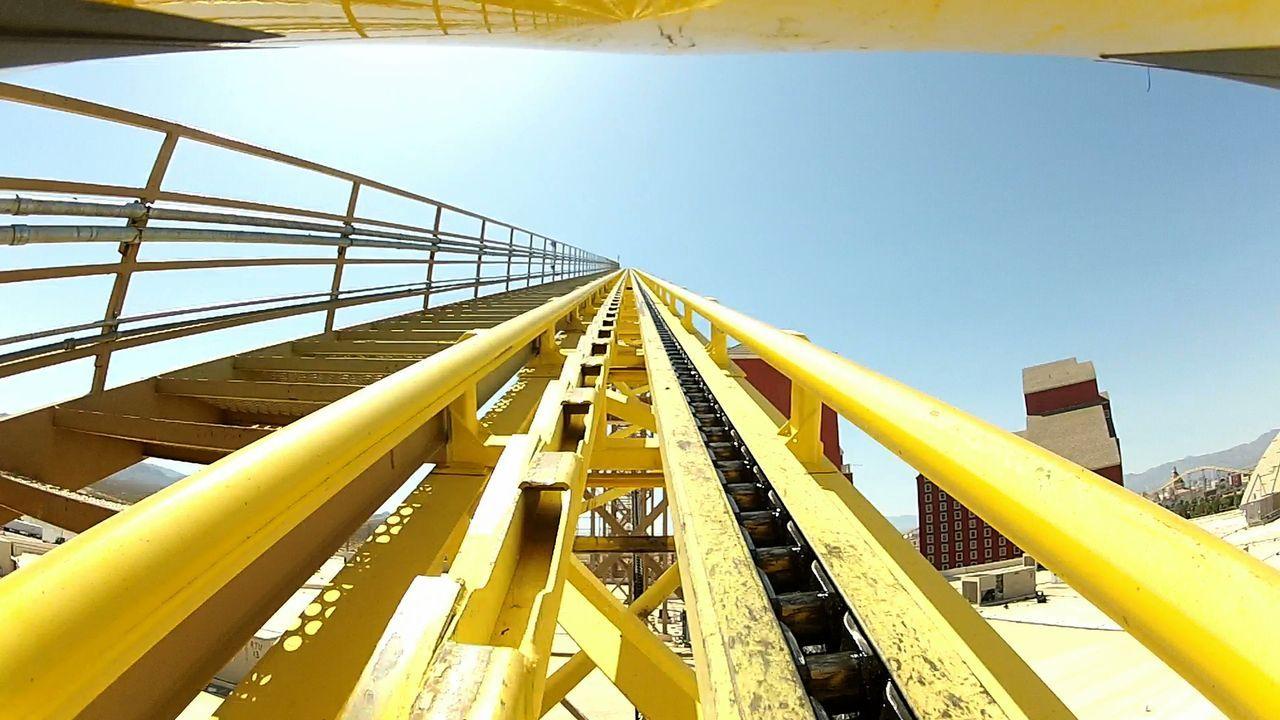 """Welche Geschwindigkeiten erreicht die """"Desperado"""" Achterbahn nach diesem steilen Anstieg? - Bildquelle: 2012, The Travel Channel, L.L.C. All rights Reserved."""