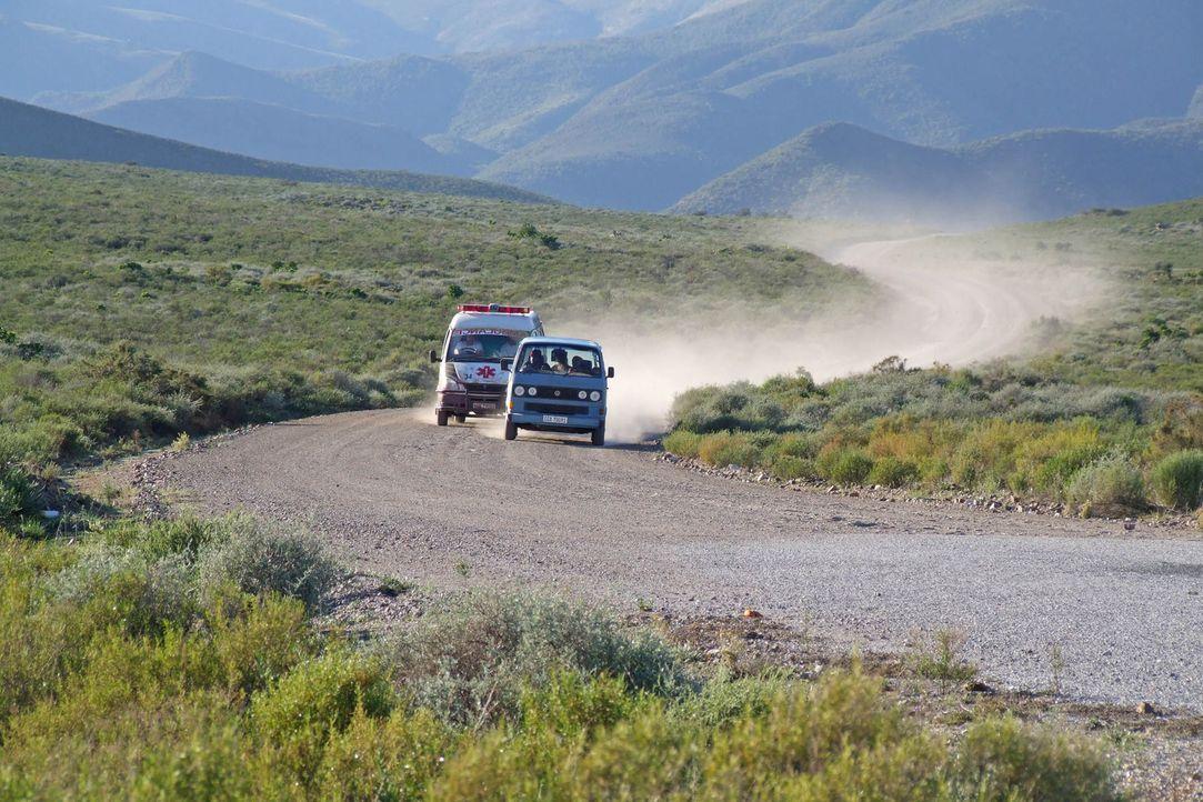 In einem klapprigen Minibus auf der Flucht vor mörderischen Sanitätern ... - Bildquelle: Boris Guderjahn ProSieben
