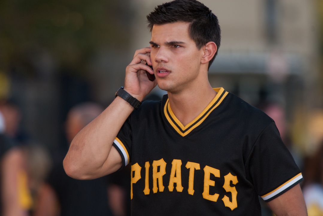 Kaum entdeckt der 17-jährige Nathan (Taylor Lautner) ein Kinderfoto von sich auf einer Internetseite mit Vermisstenmeldungen, da gerät er auch schon... - Bildquelle: 2011, Vertigo Entertainment, Gotham Group, Tailor Made, Quick Six Entertainment, Lionsgate Films Inc.