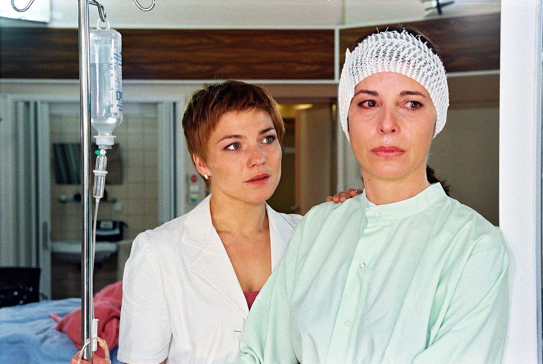 Stephanie (Claudia Schmutzler, l.) rät Frau Wagner (Olivia Pascal, r.) sich ihrem Mann anzuvertrauen. - Bildquelle: Noreen Flynn Sat.1