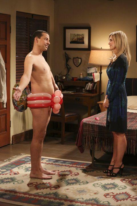 Alan (Jon Cryer, l.) präsentiert sich Lyndsey (Courtney Thorne-Smith, r.) als völlig neuer Mann. Doch ob er mit seinem ungewohnten Image bei ihr Erf... - Bildquelle: Warner Brothers Entertainment Inc.