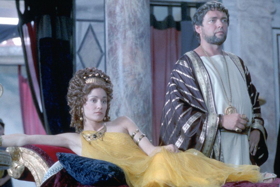 Helena (Georgina Rylance, l.) und ihr Patrizier Marcus Crassus (Angus MacFadyen, r.) träumen davon, bald Alleinherrscher im Römischen Reich zu sei... - Bildquelle: USA Network Pictures