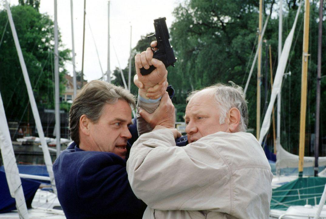 Hauptkommissar Wolff (Jürgen Heinrich, l.) arbeitet als Undercover-Agent für seine Kollegen. Er will das Vertrauen eines Ganoven wiedergewinnen. Bei... - Bildquelle: Alfred Raschke Sat.1