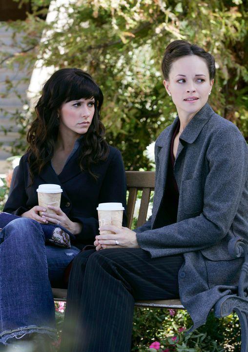 Lisa (Susan May Pratt, r.), eine Bekannte von Melinda (Jennifer Love Hewitt, l.) wird von der Geisterbraut verfolgt. Sie bittet Melinda um Hilfe ... - Bildquelle: ABC Studios