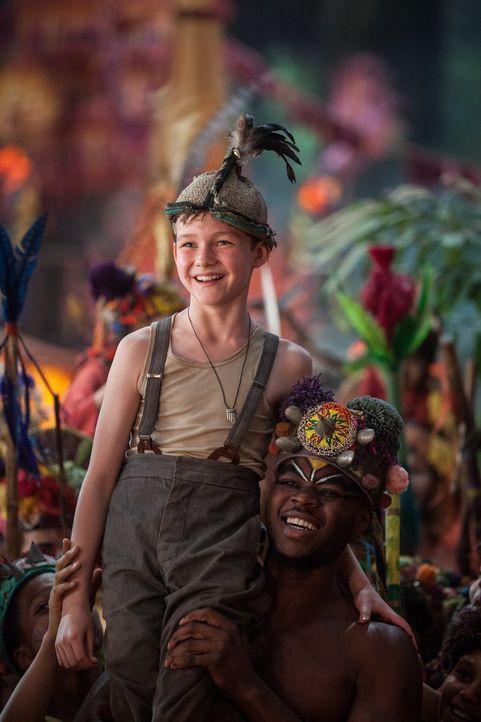 Als Peter (Levi Miller, l.) eines Nachts wie von Zauberhand aus dem Waisenhaus verschwindet, findet er sich plötzlich im magischen Nimmerland wieder... - Bildquelle: Warner Brothers