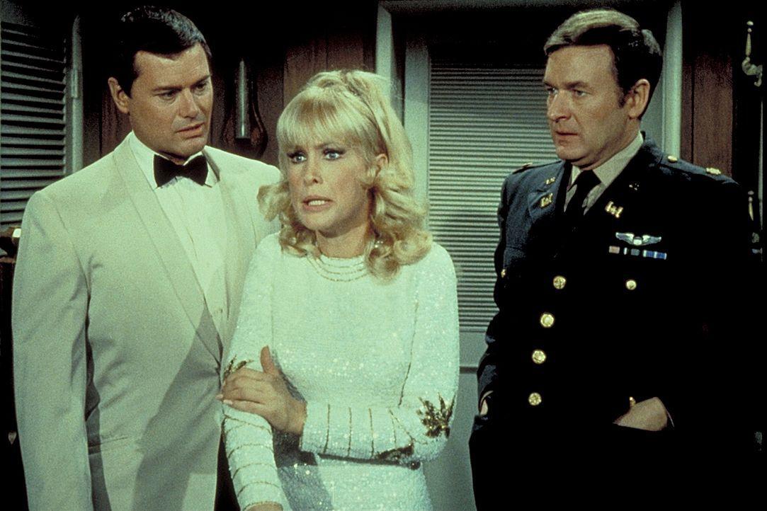 Tony (Larry Hagman, l.) und Roger (Bill Daily, r.) verstehen die Welt nicht mehr: Jeannie (Barbara Eden, M.) hat sich sehr verändert. - Bildquelle: Columbia Pictures