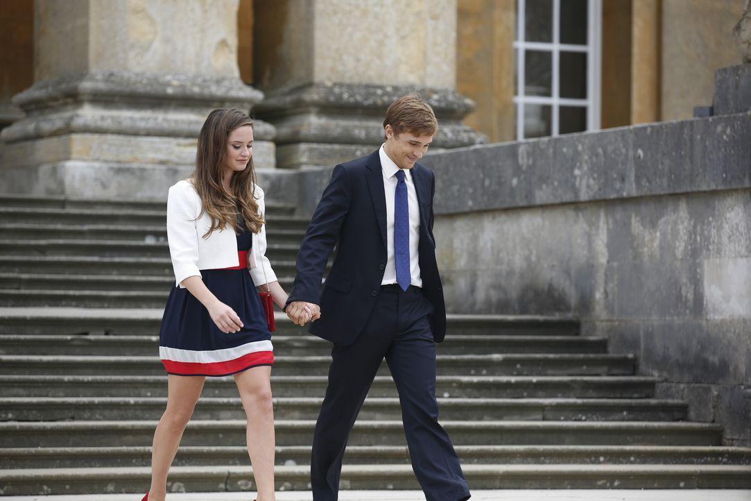 Während der Kampf um den Thron nicht vorüber ist, wollen Liam (William Moseley, r.) und Ophelia (Merritt Patterson, l.) abseits des königlichen Hofe... - Bildquelle: Tim Whitby 2014 E! Entertainment Media, LLC