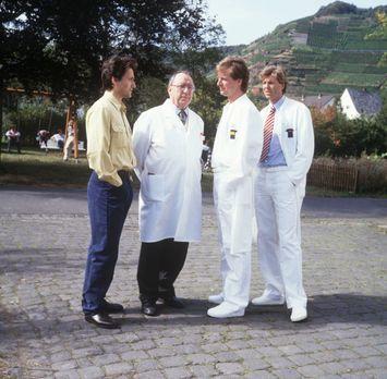 Dr. Markus Kampmann (Ulrich Reinthaller, l.) ist aus Amerika in seine Heimats...