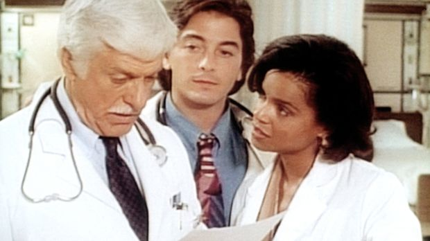 Dr. Sloan (Dick Van Dyke, l.) im Gespräch mit seinen Assistenten Jack (Scott...