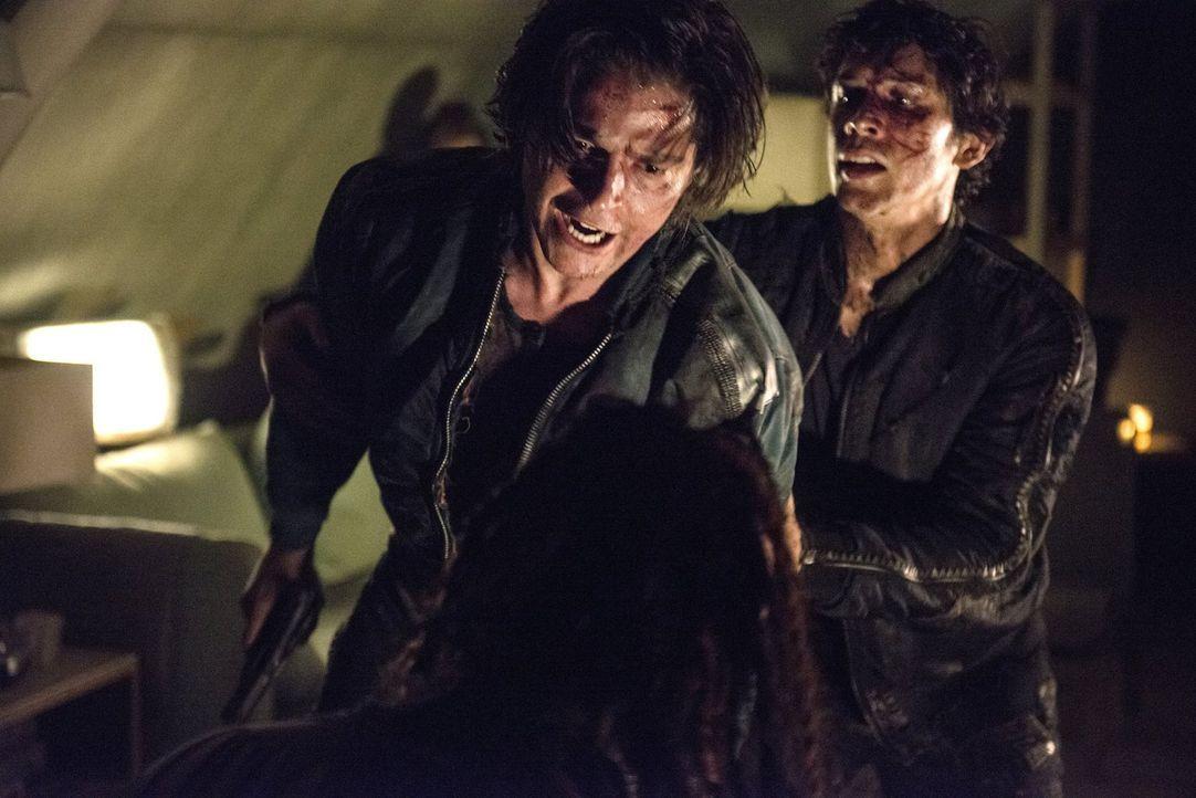 Nicht nur Finn (Thomas McDonell, l.) und Bellamy (Bob Morley, r.) nehmen einen Grounder gefangen ... - Bildquelle: 2014 Warner Brothers