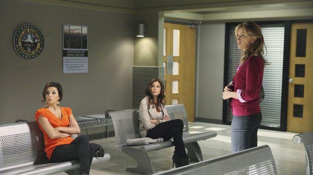 Chuck lädt Gabrielle (Eva Longoria, l.), Susan (Teri Hatcher, M.) und Lynette...