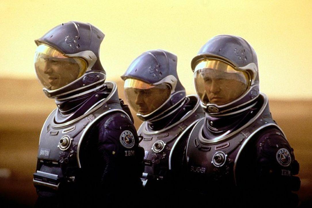 Wurden für eine wichtige Mission auf den Mars gesandt: die Astronauten Ted Santen (Benjamin Bratt, l.), Dr. Bud Chantilas (Terence Stam, M.) und Rob... - Bildquelle: Warner Bros. Entertainment Inc.