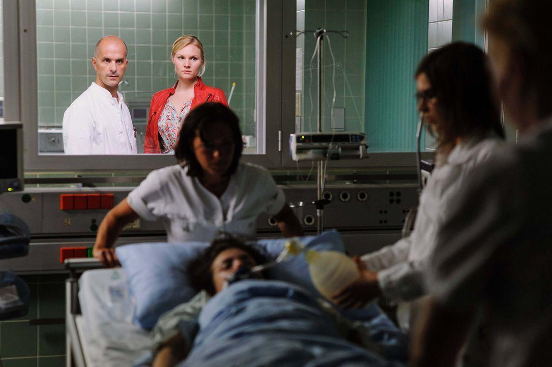Kreutzer (Christoph Maria Herbst, l.) und Belinda (Rosalie Thomass, r.) müssen einen brutalen Mord in einem Krankenhaus aufklären, der viele Betei... - Bildquelle: Stefan Erhard ProSieben