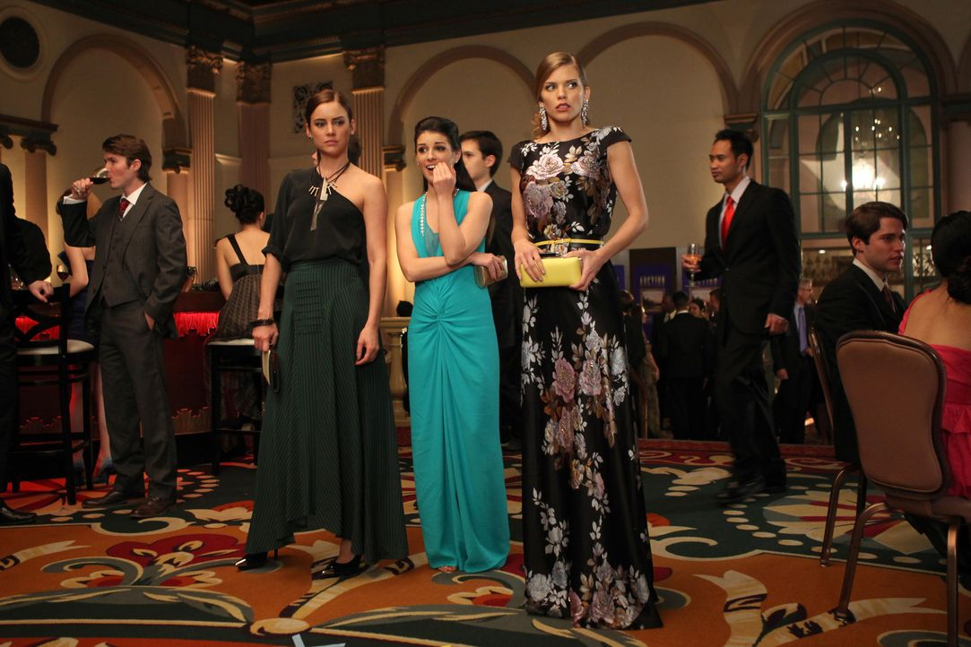 "Auf geht's nach New York! Naomi (AnnaLynne McCord, r.), Erin (Jessica Stroup, l.) und Annie (Shenae Grimes, M.) fliegen in den ""Big Apple"". Hauptsä... - Bildquelle: TM &   CBS Studios Inc. All Rights Reserved"