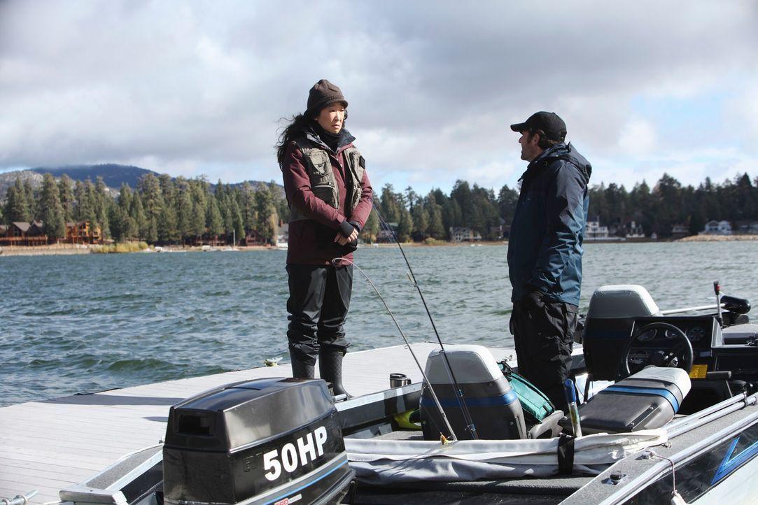 Während Derek (Patrick Dempsey, r.) und Cristina (Sandra Oh, l.) gemeinsam angeln, stehen Owen und Meredith gemeinsam im OP-Saal und versuchen, eine... - Bildquelle: ABC Studios