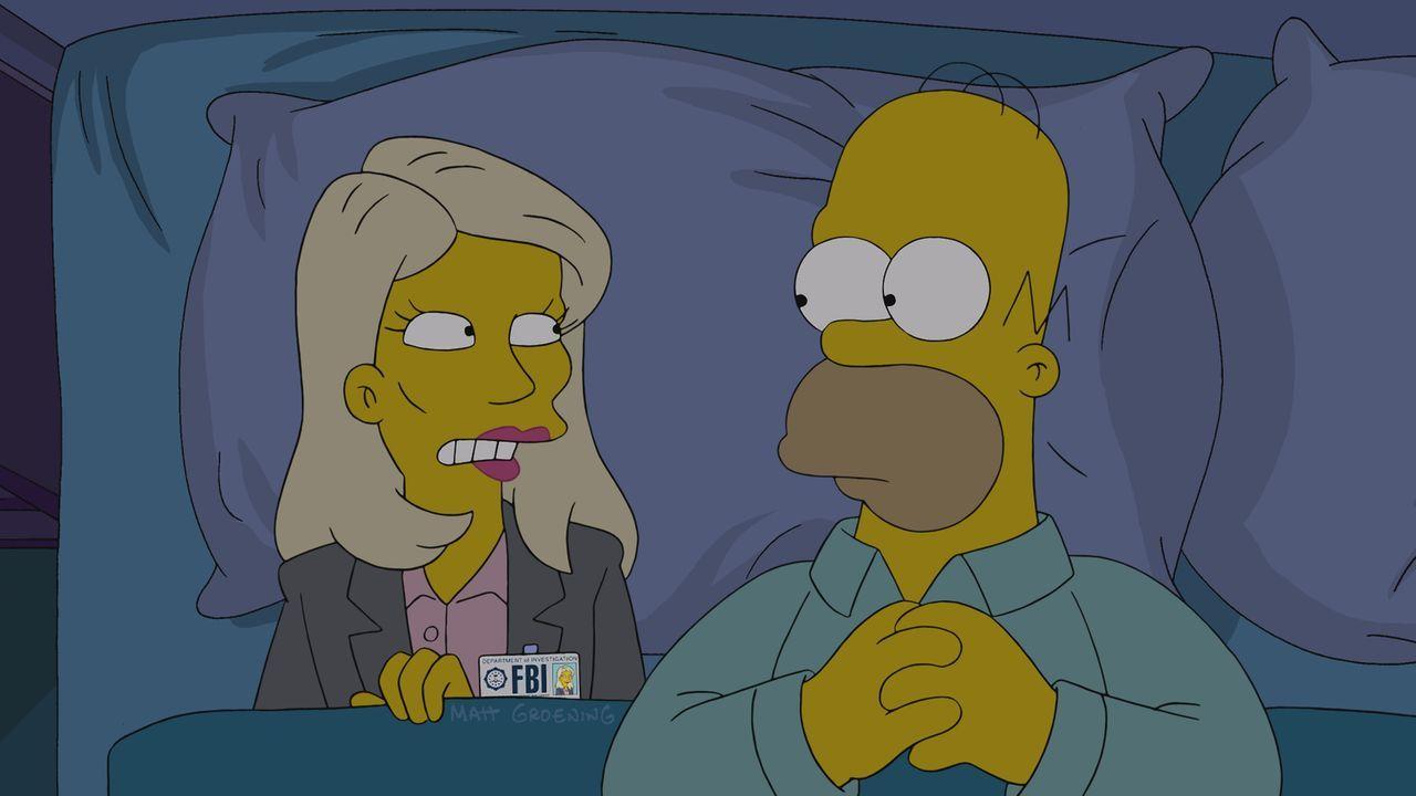 Nachdem Homer (r.) sich so komisch verhält, wird er von Annie Crawford vom FBI unter die Lupe genommen - wurde er etwa von Islamisten einer Gehirnwä... - Bildquelle: 2014 Twentieth Century Fox Film Corporation. All rights reserved.