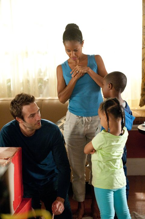 Tom (Michael Vartan, l.) und Christina (Jada Pinkett Smith, 2.v.l.) passen auf die Kinder von Miles auf ... - Bildquelle: 2011 Sony Pictures Television Inc. All Rights Reserved.