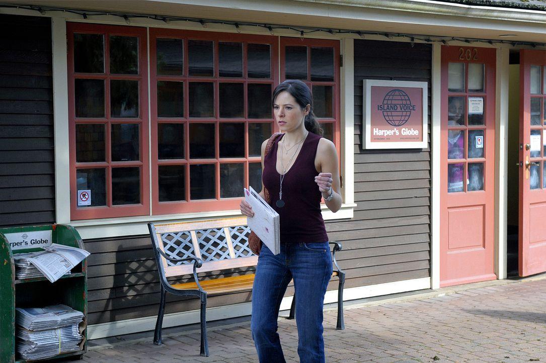 Abby (Elaine Cassidy) ist in ihren Gedanken bei einem Zeitungsausschnitt über den Mörder ihrer Mutter, als ein Auto auf sie zurast ... - Bildquelle: 2009 CBS Studios Inc. All Rights Reserved.