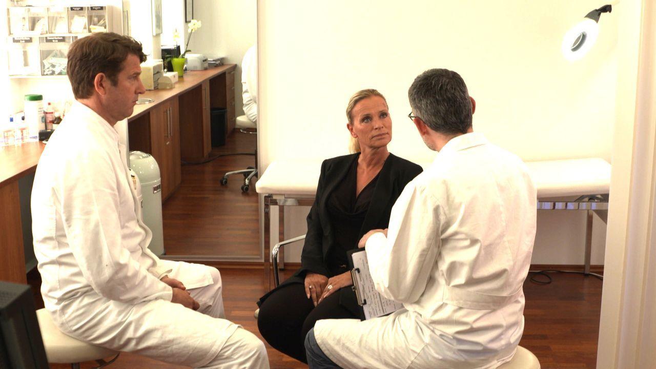 Die 52-Jährige Gabriele (M.) erhofft sich Rat von Professor Heitmann (l.) und Professor Fansa (r.). Denn ein Austausch ihrer Silikonimplantate verli... - Bildquelle: SAT.1