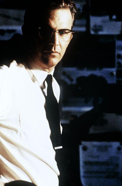 Der Staatsanwalt Jim Garrison (Kevin Costner) gibt sich nicht mit der offiziellen Theorie der Kennedy-Ermordung zufrieden. Er will Licht in das Durc... - Bildquelle: Warner Bros.