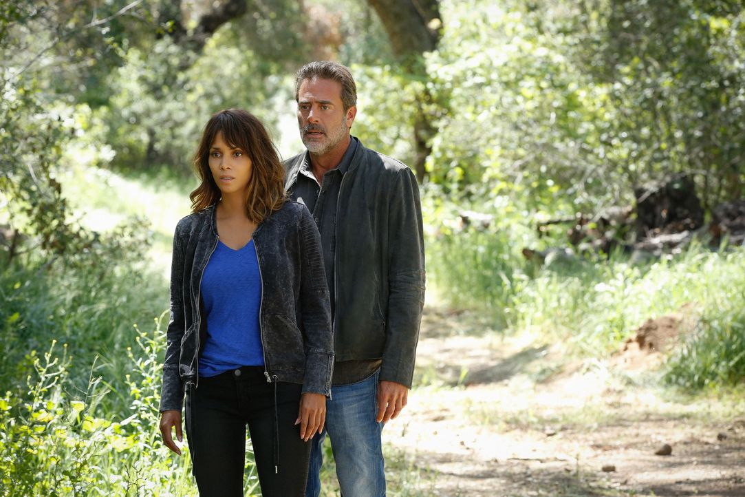Als Molly (Halle Berry, l.) erkennt, dass sie sich verändert, macht sie sich zusammen mit JD (Jeffrey Dean Morgan, r.) auf die Suche nach ihrem Sohn... - Bildquelle: Cliff Lipson 2015 CBS Broadcasting Inc. All Rights Reserved.