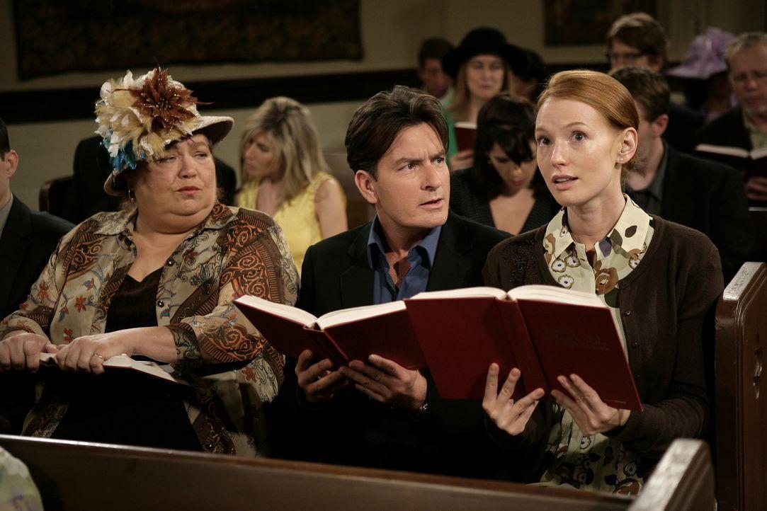 Damit hat Charlie (Charlie Sheen, M.) nicht gerechnet, als er Desiree (Alicia Witt, r.) bei sich aufnahm. Sie schleppt ihn, Jake, Alan und Berta (Co... - Bildquelle: Warner Brothers Entertainment Inc.