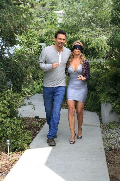George (Jeremy Sisto, l.) möchte seine Freundin Dallas (Cheryl Hines, r.) überraschen und hat ein neues Haus für die Zukunft gefunden. Wird sich Dal... - Bildquelle: Warner Brothers