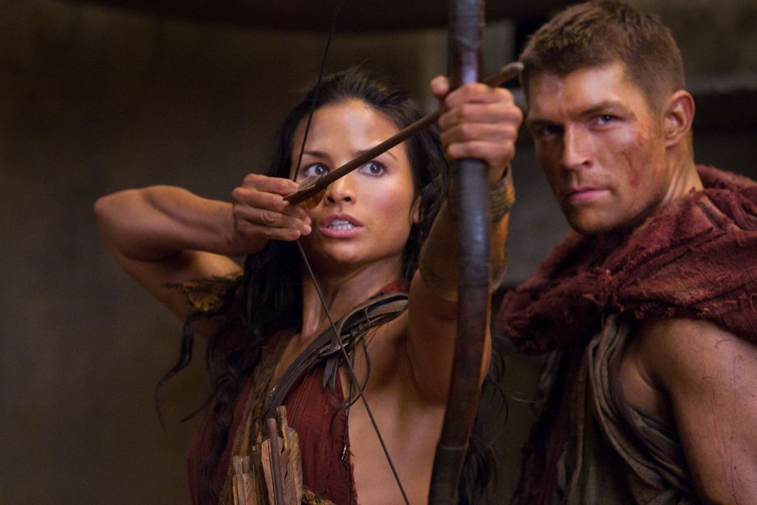 Lassen sich nur gut vorbereitet in einen Hinterhalt locken: Spartacus (Liam McIntyre, r.) und Mira (Katrina Law, l.) ... - Bildquelle: 2011 Starz Entertainment, LLC. All rights reserved.