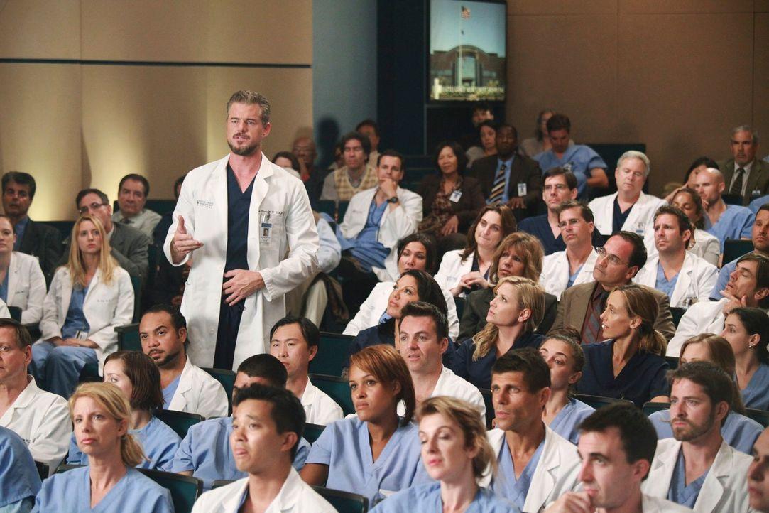 Hat die Ehre bei der ersten Penistransplantation der USA zu assistieren: Mark (Eric Dane, stehend) ... - Bildquelle: ABC Studios