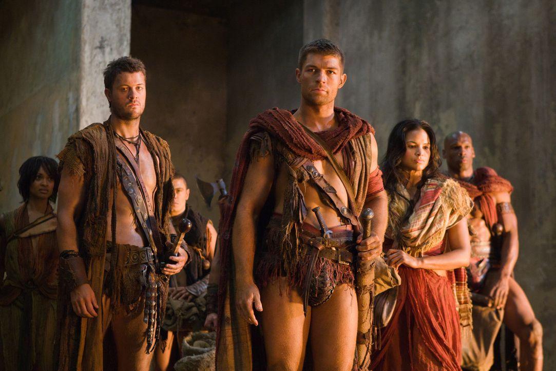 Auf der Flucht vor den Römern finden Spartacus (Liam McIntyre, M.), Agron (Daniel Feuerriegel, l.), Mira (Katrina Law, r.) und ihr Gefolge einen ve... - Bildquelle: 2011 Starz Entertainment, LLC. All rights reserved.