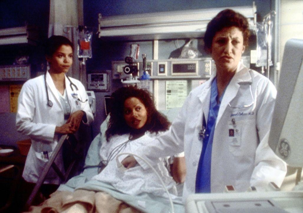 Als Carla (Lisa Nicole Carson, M.), die ein Kind von Benton erwartet, bei einem Unfall leicht verletzt wird, gerät sie ausgerechnet an Jeanie (Glor... - Bildquelle: TM+  2000 WARNER BROS.