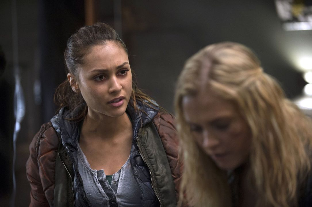 """Raven (Lindsey Morgan, l.) entwickelt eine Technologie, damit Clarke (Eliza Taylor, r.) Information über """"Mount Weather"""" aus erster Hand bekommen ka... - Bildquelle: 2014 Warner Brothers"""