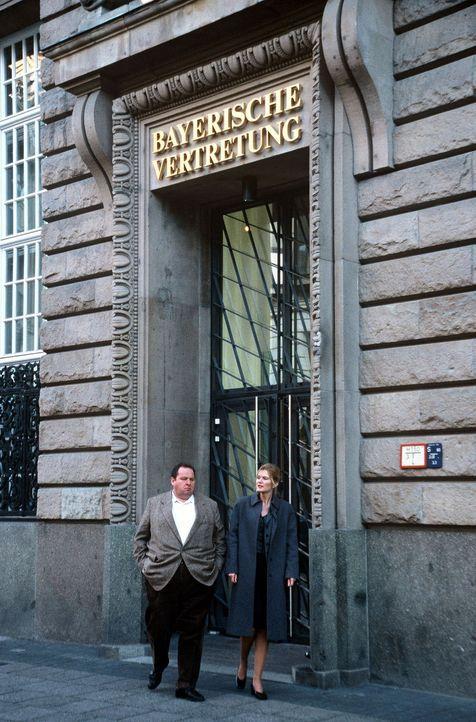 Benno (Ottfried Fischer, l.) und Dr. Beatrice Schinkel (Corinna Nilson, r.) nach einem Festempfang in der bayerischen Landesvertretung in der Bundes... - Bildquelle: Herbert Began Sat.1