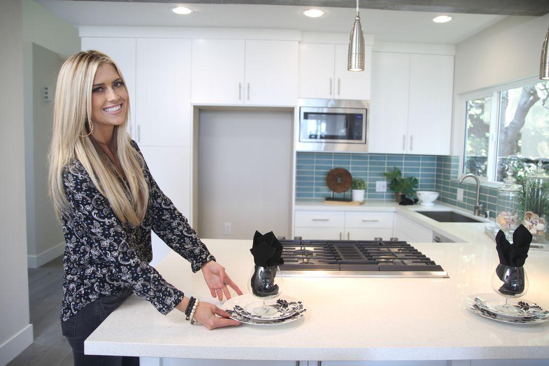 Um die luxusorientierten Interessenten des Hauses zufriedenstellen zu können, verpasst Christina mit ihrem Feingefühl dem Strandhaus durch Dekoratio... - Bildquelle: 2016,HGTV/Scripps Networks, LLC. All Rights Reserved