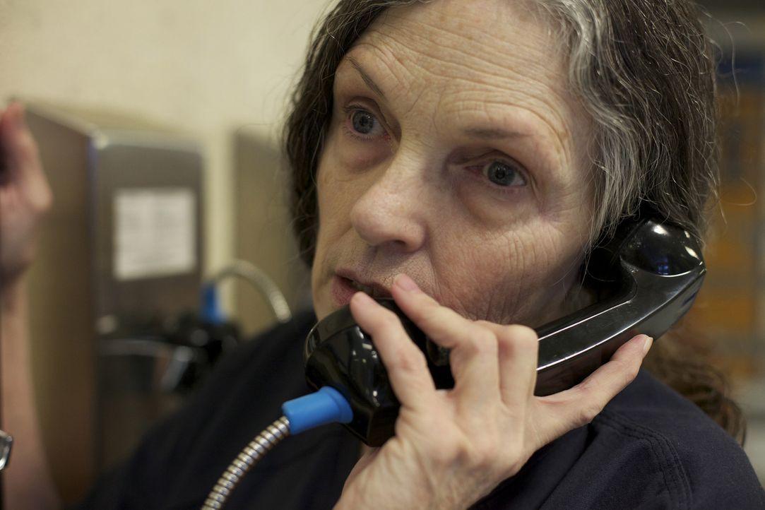 Mit Hilfe des Münztelefons bleibt Häftling Rosemary Vandecar mit ihrer Familie in Kontakt ... - Bildquelle: James Peterson National Geographic Channels