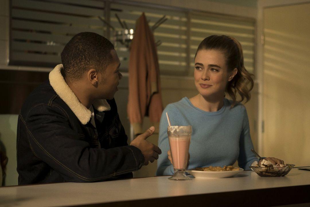 Jax (Franz Drameh, l.) versucht, einige Informationen von der hübschen, weißen Betty (Melissa Roxburgh, r.) zu erhalten, doch sein Plan verläuft and... - Bildquelle: 2015 Warner Bros.
