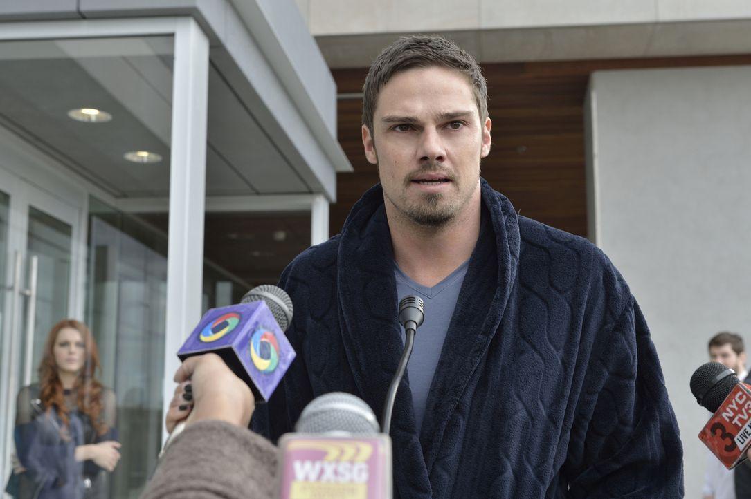 Stellt sich der Presse und gesteht, wer er ist: Vincent (Jay Ryan) ... - Bildquelle: 2013 The CW Network, LLC. All rights reserved.