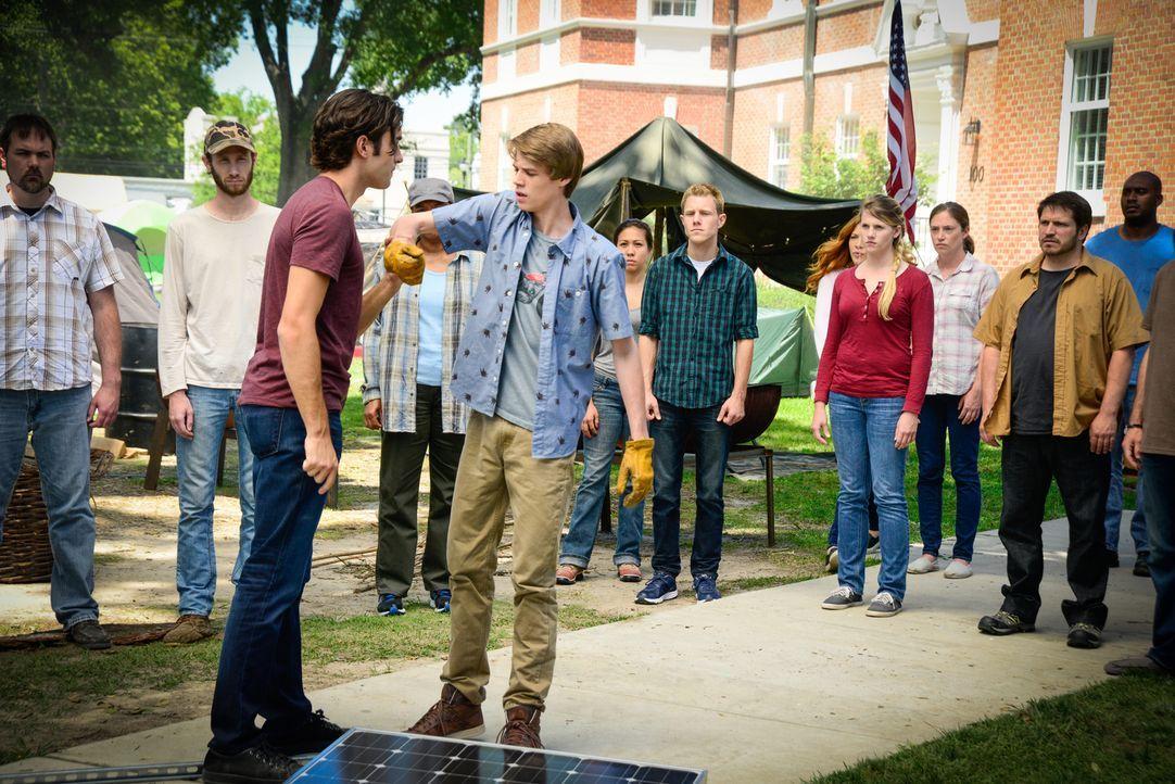 Wie weit wird Junior (Alexander Koch, vorne l.) gehen, um Joe (Colin Ford, vorne r.) folgsam zu machen? - Bildquelle: Brownie Harris 2015 CBS Studios Inc.